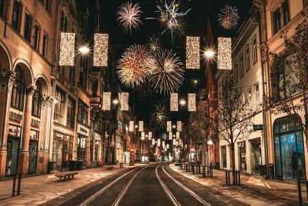 Feuerwerk und Autos